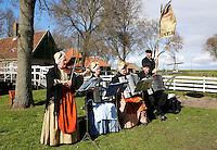Enkhuizen.  Klederdrachtfestival in het Zuiderzeemuseum. mensen in klederdracht uit Wijdenes (West-Friesland )  spelen muziek voor de dansgroep