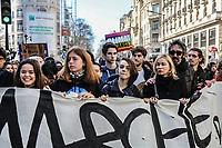 giovani manifestano per il cambiamento delle politiche sul clima