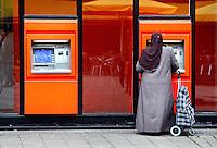 Geld pinnen bij een pinautomaat