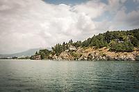 Makedonien. Sejlende Politipatrulje foran præsidentens sommerhus ved Ohridsøen. Sommerhuset blev opført af og tilhørte tidligere præsident Josip Broz Tito. Foto: Jens Panduro