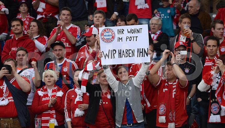 FUSSBALL  DFB POKAL FINALE  SAISON 2013/2014 Borussia Dortmund - FC Bayern Muenchen     17.05.2014 Bereits vor dem Spiel zeigen sich die Bayern-Fans Selbstbewusst und zeigen ein Plakat mit der Aufschrift: IHR WOHNT IM POTT - WIR HABEN IHN