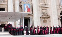 Papa Francesco saluta alcuni cardinali e vescovi al termine dell'udienza generale del mercoledi' in Piazza San Pietro, Citta' del Vaticano, 30 aprile 2014.<br /> Pope Francis greets some cardinals and bishops at the end of his weekly general audience in St. Peter's Square at the Vatican, 30 April 2014.<br /> UPDATE IMAGES PRESS/Isabella Bonotto<br /> <br /> STRICTLY ONLY FOR EDITORIAL USE