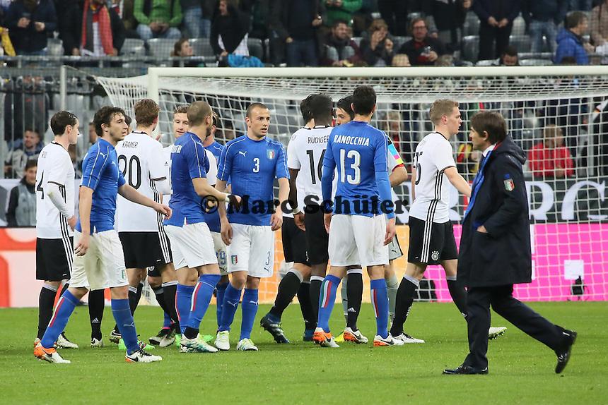 Teams klatschen ab - Deutschland vs. Italien, Allianz Arena München