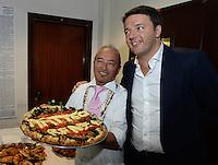 Matteo Renzi in visita Napoli con una pizza dedicataa lui