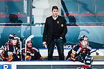 Stockholm 2014-02-24 Ishockey Hockeyallsvenskan Djurg&aring;rdens IF - S&ouml;dert&auml;lje SK :  <br /> Djurg&aring;rdens tr&auml;nare Hans S&auml;rkij&auml;rvi i b&aring;set bakom Djurg&aring;rdens Henrik Nyberg och Djurg&aring;rdens Mattias Kalin <br /> (Foto: Kenta J&ouml;nsson) Nyckelord:  portr&auml;tt portrait tr&auml;nare manager coach