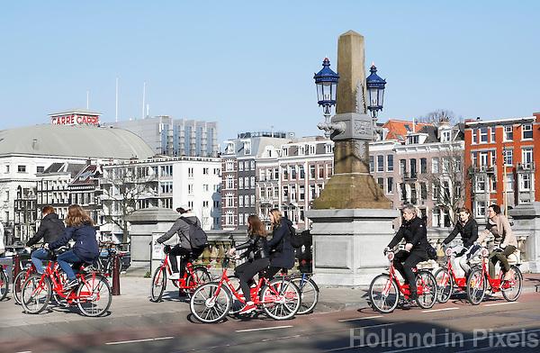 Nederland Amsterdam  2016 02 27.  Toeristen fietsen over de Amstel. Foto Berlinda van Dam / Hollandse Hoogte