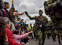 BOGOTÁ - COLOMBIA, 20-07-2018: Personas saludando a los miembros del ejercitol durante el desfile Militar del 20 de Julio con motivo del 208 Aniversario de la Independencia de Colombia realizado por las calles de la ciudad de Bogotá. / People greeting the army members during July 20th Military Parade on the occasion of the 208th Anniversary Independence of Colombia that took place trough the streets of Bogota city. Photo: VizzorImage / Nicolas Aleman / Cont