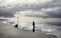 Nederland - Camperduin - 2019 .  Visser op het strand tussen Camperduin en Hargen.   Foto Berlinda van Dam / Hollandse Hoogte