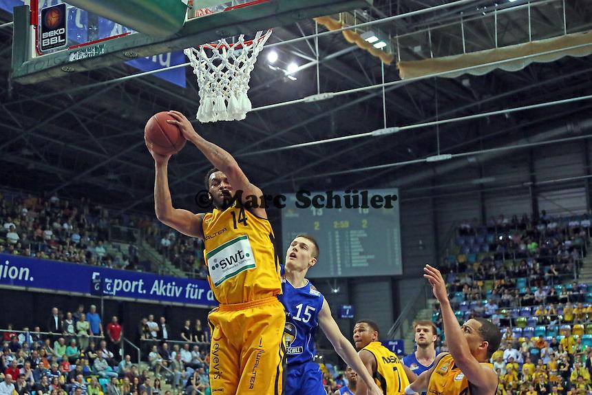 Daequan Cook (Tuebingen) gegen Jan Novak (Skyliners) - Fraport Skyliners vs. Walter Tigers Tübingen, Fraport Arena Frankfurt