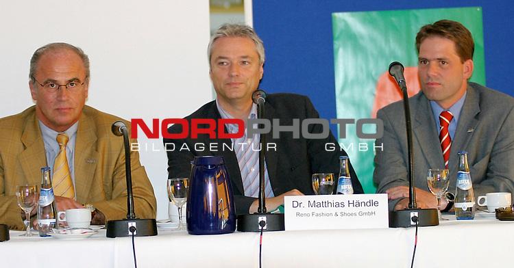 1. BL 2003/2004<br /> Pressekonferenz SV Werder Bremen<br /> Manager Manfred Mueller (links) und Mediendirektor Timo Polster (Mitte) von Werder Bremen mit Dr. Matthias Haendle (rechts) von Reno bei der Vorstellung des neuen Trikots des Bremer Bundesligisten.<br /> Foto &copy; nordphoto <br /> <br />  *** Local Caption *** Foto ist honorarpflichtig! zzgl. gesetzl. MwSt.<br />  Belegexemplar erforderlich<br /> Adresse: nordphoto<br /> Georg-Reinke-Strasse 1<br /> 49377 Vechta