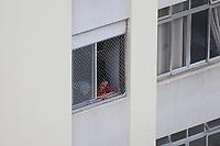 SÃO PAULO, SP, 22.03.2020 - CORONAVIRUS-SP - População tenta se ocupar observando a rua vazia, praticando exercícios ou lendo um livro durante a quarentena de prevenção ao contágio do novo Coronavírus (COVID-19), no Bairro da Consolação, em São Paulo, neste domingo, 22. (Foto Charles Sholl/Brazil Photo Press)