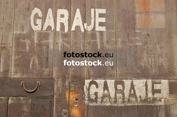 old wooden door of a garage<br /> <br /> vieja puerta de una garaje<br /> <br /> altes Holztor einer Garage<br /> <br /> 3008 x 2000 px<br /> 150 dpi: 50,94 x 33,87 cm<br /> 300 dpi: 25,47 x 16,93 cm