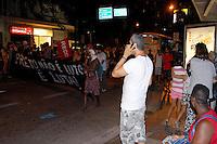 RIO DE JANEIRO,RJ,25.01.2013- PROTESTO CONTRA A COPA EM COPACABANA- Manifestantes se reuniram no Copacabana Palace nesta tarde para protestar contra a Copa e seus gastos, contra a remoção das famílias da comunidade Metrô na Mangueira e contra o governador Sergio Cbral. Depois sairam em passeata tomando  a Avenida Atlântica no sentido Ipanema, depois o grupo invadiu as duas pistas fechando o trânsito. O grupo seguiu em direção ao Shopping Leblon e os comerciantes chegaram a fechar as portas. Uma casa de espetáculos teve suas portas arriadas. Lojas ao entorno também fecharam, mas o protesto seguiu passificamente. SANDROVOX/BRAZILPHOTOPRESS