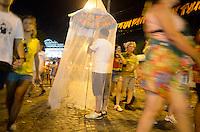 OLINDA, PE, 06.02.2016 - ZIKA-PE - Folião utiliza um mosquiteiro como fantasia de Carnaval para simbolizar o cuidado com o mosquito Aedes aegypti. (Foto: Diego Herculano / Brazil Photo Press)