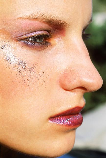 Beaute, visage de femme, profil *** Face viewed in profile, Female Beauty