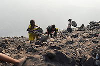 INDIEN Jharia Kinder sammeln Kohle am Rande eines offenen Kohletagebaus der BCCL Ltd zum Verkauf als Koks auf dem Markt | .INDIA Jharkhand Jharia, families and children collect coal from coalfield of BCCL Ltd. to sell after coking on the market for their  livelihood