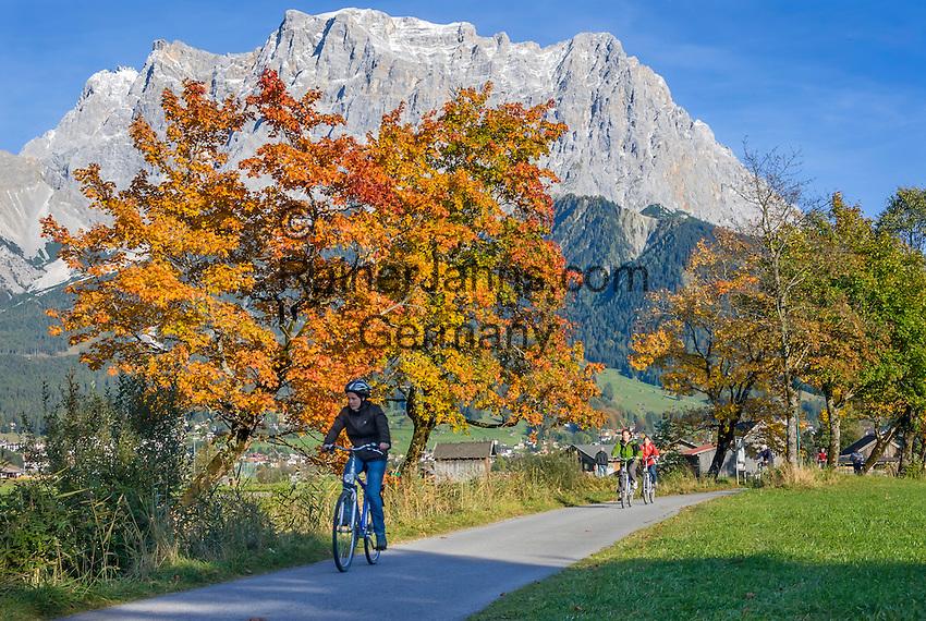 Austria, Tyrol, near Lermoos: Cycling tour in autumn, Zugspitze mountains at background | Oesterreich, Tirol, bei Lermoos: Radtour im Herbst vorm Zugspitzmassiv