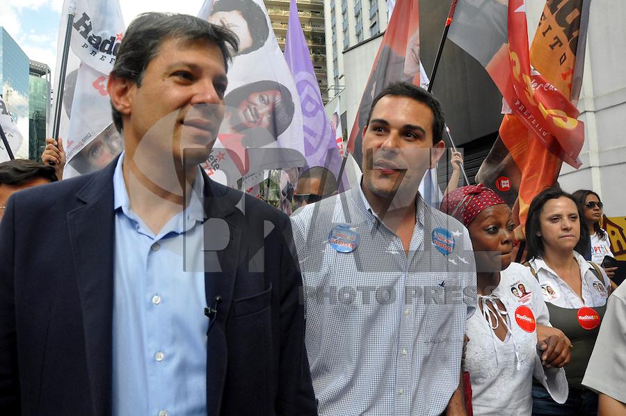 SAO PAULO, SP, 22 DE AGOSTO 2012 – O candidato a prefeitura da cidade Fernando Haddad (PT) e Marcelo Frisoni durante caminhada eleitoral na Avenida Paulista. (FOTO: THAIS RIBEIRO / BRAZIL PHOTO PRESS).