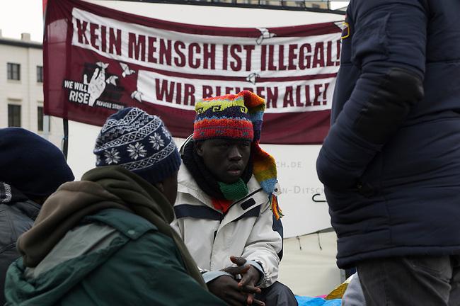 Seit Mittwoch den 9. Oktober 2013 befinden sich in Berlin etwa 2 dutzend Fluechtlinge vor dem Brandenburger Tor erneut im Hungerstreik.<br />Die Fluechtlinge fordern die Anerkennung ihrer Asylantraege und wollen den Hungerstreik so lange weiterfuehren bis ihre Forderung erfuellt wird.<br />Ein erster Hungerstreik im Winter wurde nach mehreren Wochen erfolglos beendet.<br />Hier: Der 8. Tag des Hungerstreiks und der dritte Tag des Durststreiks. Mindestens 19 Fluechtlinge wurden diesem Mittwoch den 16. Oktober 2013 in Krankenhaeuser gebacht nachdem sie zusammengebrochen sind.<br />16.10.2013, Berlin<br />Copyright: Christian-Ditsch.de<br />[Inhaltsveraendernde Manipulation des Fotos nur nach ausdruecklicher Genehmigung des Fotografen. Vereinbarungen ueber Abtretung von Persoenlichkeitsrechten/Model Release der abgebildeten Person/Personen liegen nicht vor. NO MODEL RELEASE! Don't publish without copyright Christian Ditsch/version-foto.de, Veroeffentlichung nur mit Fotografennennung, sowie gegen Honorar, MwSt. und Beleg. Konto:, I N G - D i B a, IBAN DE58500105175400192269, BIC INGDDEFFXXX, Kontakt: post@christian-ditsch.de.<br />Urhebervermerk wird gemaess Paragraph 13 UHG verlangt.]