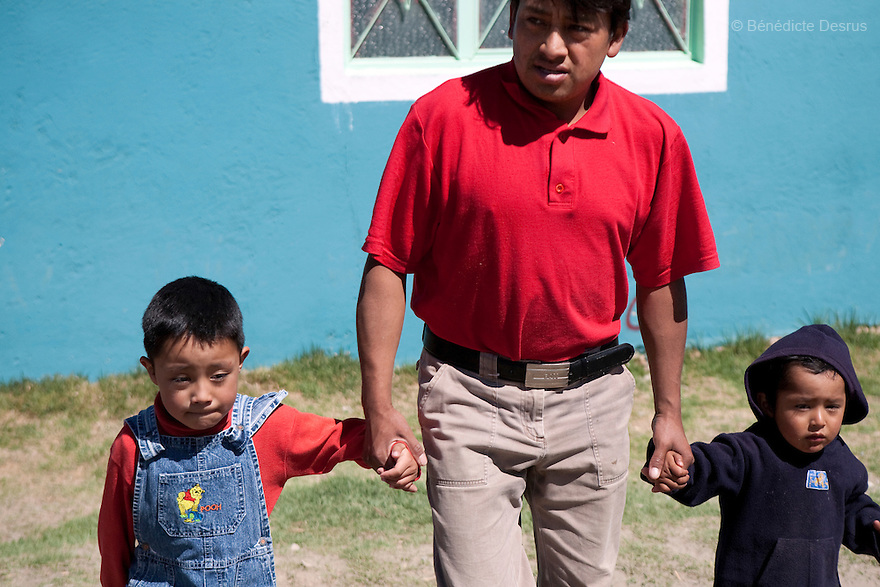 29 april 2009 - La Gloria, Mexico - Edgar Hernandez (on the left), with his father and younger brother. La Gloria, villlage in the southern Mexican state of Veracruz, where the new strain of swine flu was first detected, is home to Edgar Hernandez, a five-year-old boy who is the earliest recorded survivor of swine flu identified in Mexico so far..Edgar started feeling unwell in late March, suffering fever, headache and a very sore throat. The Mexican government believes he is the first person to have been infected by the swine flu virus. What remains a mystery is how Edgar contracted it, and how the virus has been spread. Several hundred people in the village of La Gloria, had also been sick with a respiratory disease, some falling ill back in December. Local people have blamed the contamination by pig waste spread into the air and water from nearby industrial pig farms, known as Granjas Carroll and owned by the Virginia-based multinational company Smithfield Foods. A Smithfield spokeswoman says the company has found no clinical signs or symptoms of the flu in its swine herd or its employees in Mexico. Photo credit: Benedicte Desrus / Sipa Press