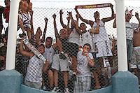 ATENÇÃO EDITOR: FOTO EMBARGADA PARA VEÍCULOS INTERNACIONAIS PRESIDENTE PRUDENTE 11 NOVEMBRO 2012 - CAMPEONATO BRASILEIRO - PALMEIRAS x FLUMINENSE - Torcedores  do Fluminense  comemoram titulo apos vitoria sobre o palmeiras apos  partida Palmeiras x Fluminense válido pela 35º rodada do Campeonato Brasileiro no Estádio Eduardo José Farah. Apelido, (Prudentão), no interior paulista na tarde deste domingo (11).(FOTO: ALE VIANNA -BRAZIL PHOTO PRESS)