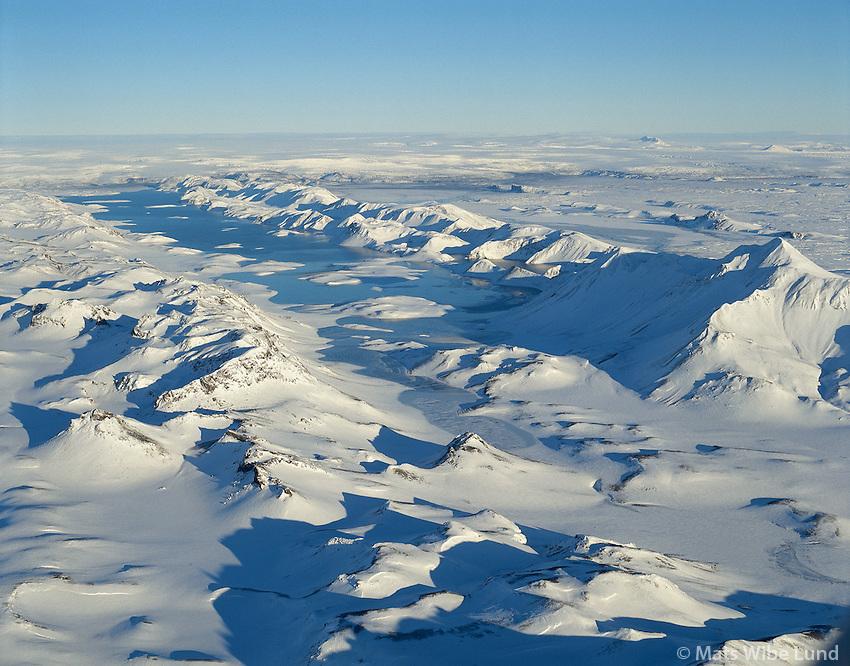 Langisjór, Sveinstindur t.h., Grænifjallagarður fremst, loftmynd til norðurs, Vatnajökull í baksýni..Langisjor (lake) aerial view north to Vatnajokull.