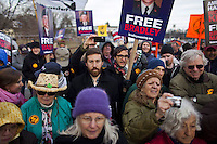JL15. FORT MEADE (MD, EE.UU.), 17/12/2011.- Seguidores del soldado estadounidense Bradley Manning se manifiestan para apoyarle hoy, sábado 17 de diciembre de 2011, a las afueras de la corte donde se llevan a cabo las audiencias del caso en su contra, en Fort Meade, Maryland (EE.UU.). Una corte militar de apelaciones de EE.UU. rechazó hoy la recusación solicitada contra Paul Almanza, el oficial que preside la audiencia contra Manning, acusado de filtrar miles de documentos secretos a Wikileaks, informó la cadena CNN. EFE/JIM LO SCALZO