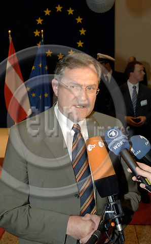 Brussels-Belgium - 15 May 2006---European Ministers for Foreign Affairs and Defence meet on EU-Council-level; here, Franz-Josef JUNG, Minister for Defence of Germany, briefing the press prior to his departure---Photo: Horst Wagner/eup-images