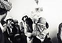Irak 1991.Nechirvan Barzan  réconfortant une vieille dame.Iraq 1991.Nechirvan Barzani with an old lady