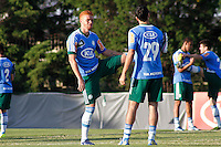 SÃO PAULO, 13 DE MAIO 2013 - TREINO PALMEIRAS -  Os jogadores Souza(e) e Caio(d)  durante treino na Academia de Futebol, na tarde desta segunda-feira(13) - FOTO: LOLA OLIVEIRA/BRAZIL PHOTO PRESS