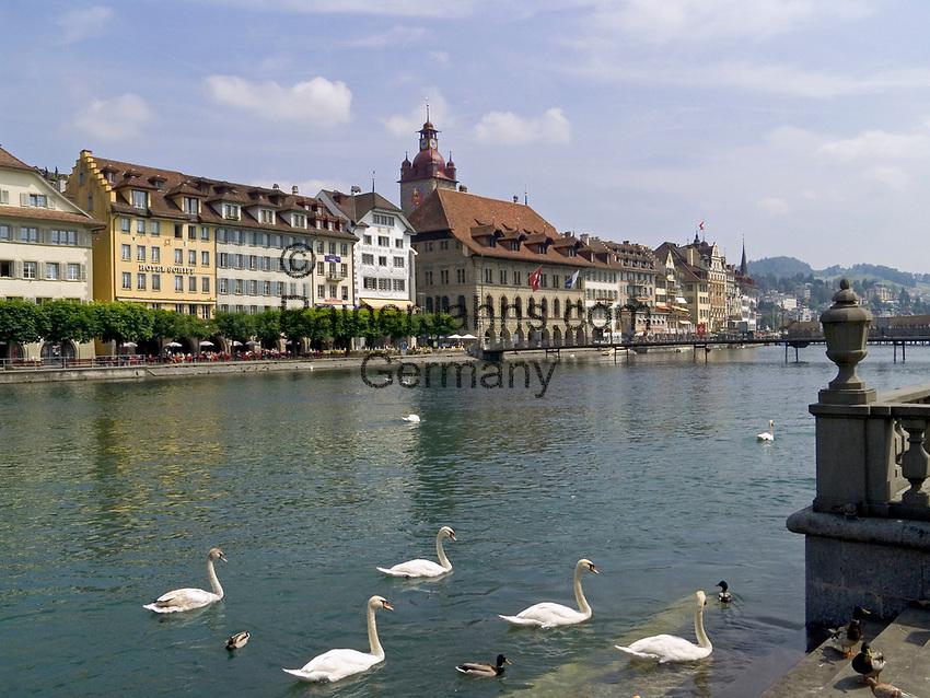 Schweiz, Kanton Luzern, Luzern: Altstadt mit Rathaus am Ufer der Reuss | Switzerland, Canton Lucerne, City Lucerne: Old Town with Townhall at river Reuss