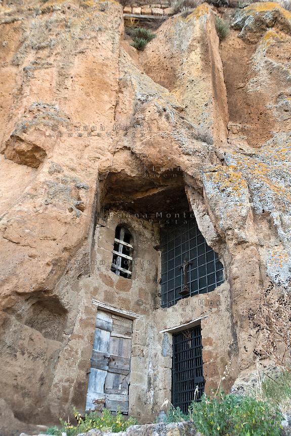 Civita di Bagnoregio. La cappella della Madonna del Carcere, (in origine era una tomba etrusca scavata nel tufo), situata nell'omonima contrada, quartiere crollato per un'estesa frana causata al terremoto del 1695, versante sud est del borgo.