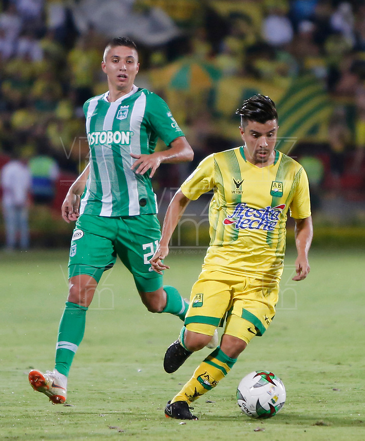 BUCARAMANGA - COLOMBIA, 30-01-2019: Sherman Cardenas del Bucaramanga disputa el balón con Juan Pablo Ramirez de Nacional durante partido por la fecha 2 Final entre Atlético Bucaramanga y Atlético Nacional como parte de la Liga Águila I 2019 jugado en el estadio Alfonso Lopez de la ciudad de Bucaramanga. / Sherman Cardenas of Bucaramanga vies for the ball with Juan Pablo Ramirez of Nacional during atch for the date 2 between Atletico Bucaramanga and Atletico Nacional as a part Aguila League I 2019 played at Alfonso Lopez stadium in Bucaramanga city. Photo: VizzorImage / Oscar Martinez / Cont