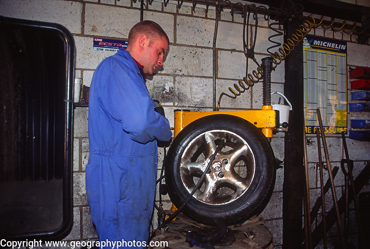 A07WW9 Tyre fitter mending a puncture