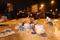 FOTO EMBARGADA PARA VEICULOS INTERNACIONAIS. SAO PAULO, SP, 22-11-2012, ACID. MARG. TIETE. Um caminhao que transportava leite, tombou na Marginal Tiete antes da Ponte da V. Guilherme no sentido da Ayrton Senna. Quatro veiculos foram atingidos, mas todos sem gravidade e ninguem ficou ferido. A via esta parcialmente interditsda para limpeza da mesma. Luiz Guarnieri/ Brazil Photo Press.