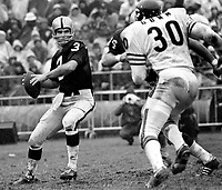 Raiders Daryle Lamonica passing, Chicago Bears #30Jimmy Gunn ..(1972 photo/Ron Riesterer)