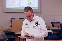 Gewinner der Wahl Burkhard Ziegler (Freie Wähler) erhält Glückwünsche aufs Handy