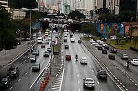 SAO PAULO, 14 DE MAIO DLE 2012. CLIMA E TEMPO EM SAO PAULO. Chuva durante a tarde de segunda feira na região central de São Paulo.FOTO:  ADRIANA SPACA - BRAZIL PHOTO PRESS