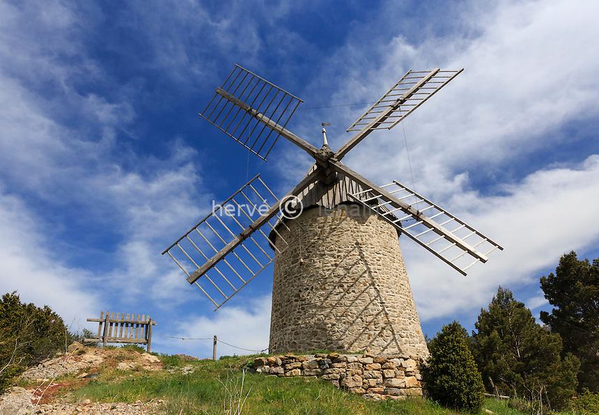 France, Aude (11), Cucugnan, le moulin d'Omer en haut du village // France, Aude, Cucugnan, the mill of Omer at the top of the village