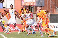 ENVIGADO -COLOMBIA-26-07-2014. Acción de juego durante el encuentro entre Envigado FC y Deportes Tolima por la fecha 2 de la Liga Postobón II 2014 realizado en el Polideportivo Sur de la ciudad de Envigado./ Action game during the match between Envigado FC and Deportes Tolima for the second date of the Postobon League II 2014 at Polideportivo Sur in Envigado city.  Photo: VizzorImage/Luis Ríos/STR