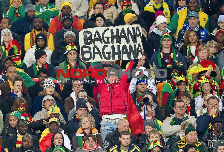 02.07.2010, Soccer City Stadium, Johannesburg, RSA, FIFA WM 2010, Viertelfinale, Uruguay (URU) vs Ghana (GHA) im Bild Fans of Ghana mit einem Schild Baghana Bagahna,  Foto: nph /   Vid Ponikvar, ATTENTION! Slovenia OUT *** Local Caption *** Fotos sind ohne vorherigen schriftliche Zustimmung ausschliesslich f&uuml;r redaktionelle Publikationszwecke zu verwenden.<br /> <br /> Auf Anfrage in hoeherer Qualitaet/Aufloesung