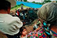 SAN MARTIN JILOTEPEQUE / CHIMALTENANGO/ GUATEMALA - 2004.LA POPOLAZIONE DEL VILLAGGIO ASSISTE ALL'ESUMAZIONE DELLE VITTIME UCCISE DAGLI SQUADRONI DELLA MORTE DURANTE GLI ANNI '80. A VENTI ANNI DALLA FINE DEL CONFLITTO, CONTINUA LA RICERCA DEI DESAPARECISOS UCCISI DURANTE GLI ANNI DEL TERRORE..FOTO LIVIO SENIGALLIESI