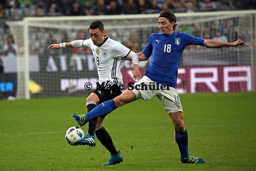 Mesut Özil (D) gegen Ricardo Montolivo (ITA) - Deutschland vs. Italien, Allianz Arena München