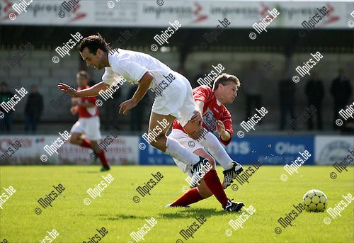2008-09-14 / Voetbal / VC Herentals - Katelijne / Ricardo Smits van Katelijne komt ten val in een duel met Johnny De Busser van Herentals..Foto: Maarten Straetemans (SMB)