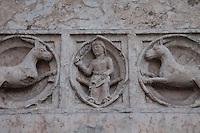 Battistero di Parma , commissionato a Benedetto Antelami, costruito tra il 1196 e il 1270 , in marmo rosa di Verona, decorazioni esterne in rilievo Parma Cattedrale dell'Assunta