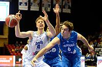 GRONINGEN - Basketbal, Donar - Fribourg, tweede voorronde Champions League, seizoen 2018-2019, 25-09-2018,  Donar speler Thomas Koenes met Fribourg  speler  Paul Gravet