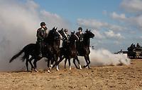 Cavelerie en paarden oefenen voor Prinsjesdag met rookbommen op het strand