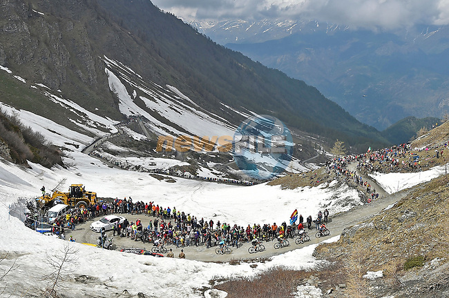 Domenico Pozzovivo (ITA) Bahrain-Merida, Sam Oomen (NED) Team Sunweb, George Bennett (NZ) LottoNL-Jumbo, Ben O'Connor (AUS) Dimension Data, Wout Poels (NED) Team Sky and Pello Bilbao (ESP) Astana Pro Team on the Colle delle Finestre during Stage 19 of the 2018 Giro d'Italia, running 185km from Venaria Reale to Bardonecchia featuring the Cima Coppi of this Giro, the highest climb on the Colle delle Finestre with its gravel roads, before finishing on the final climb of the Jafferau, Italy. 25th May 2018.<br /> Picture: LaPresse/Fabio Ferrari | Cyclefile<br /> <br /> <br /> All photos usage must carry mandatory copyright credit (© Cyclefile | LaPresse/Fabio Ferrari)
