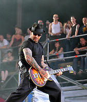 With Full Force XVI 2009 in Roitzschjora bei Leipzig - Metal Heads aus ganz Europa kommen zur Metaller Tagung - im Bild: Social Distortion -  Frontman Mike Ness  . Foto: Norman Rembarz..