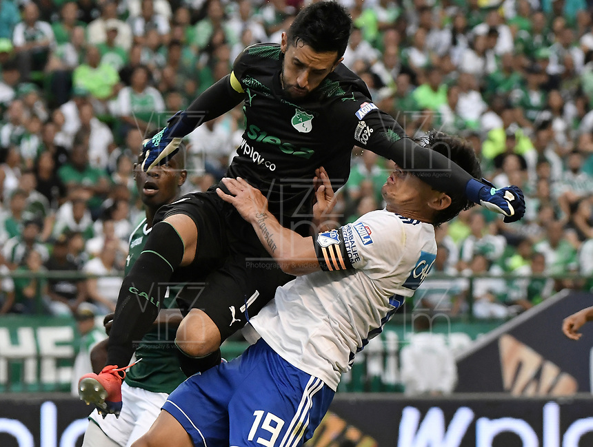 PALMIRA - COLOMBIA, 03-03-2019: Camilo Vargas arquero del Cali choca con Roberto Ovelar de Millonarios durante partido por la fecha 8 de la Liga Águila I 2019 entre Deportivo Cali y Millonarios jugado en el estadio Deportivo Cali de la ciudad de Palmira. / Camilo Vargas goalkeeper of Cali hits with Roberto Ovelar of Millonarios during match for the date 8 as part Aguila League I 2019 between Deportivo Cali and Millonarios played at Deportivo Cali stadium in Palmira city.  Photo: VizzorImage / Gabriel Aponte / Staff